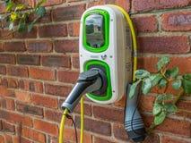 Chargeur fixé au mur de voiture électrique images libres de droits