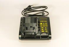 Chargeur noir puissant pour charger un tournevis images stock