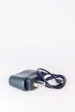 Chargeur pour le téléphone de confort à l'arrière-plan blanc image libre de droits
