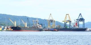Chargeurs de port dans Bitung images libres de droits