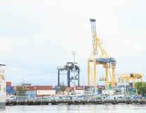 Chargeurs de port dans Bitung image stock