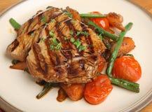 Chargrilled Tuna Fish Steak med grönsaker Royaltyfri Fotografi