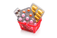 Chariot à achats avec des pilules et médecine d'isolement sur le blanc Images stock