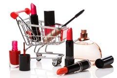 Chariot à achats avec des produits de maquillage photos stock