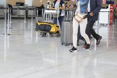 Chariot à bagage d'aéroport avec des valises, femme non identifiée d'homme marchant dans l'aéroport, station, France Images libres de droits