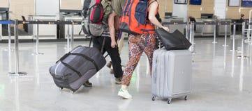 Chariot à bagage d'aéroport avec des valises, femme non identifiée d'homme marchant dans l'aéroport, station, France Images stock