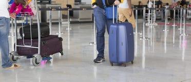 Chariot à bagage d'aéroport avec des valises, femme non identifiée d'homme marchant dans l'aéroport, station, France Photos libres de droits