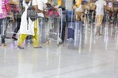Chariot à bagage d'aéroport avec des valises, femme non identifiée d'homme marchant dans l'aéroport, station, France Mouvement de Images stock