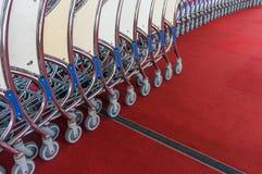 Chariot à bagage empilé ensemble à l'aéroport Photographie stock libre de droits