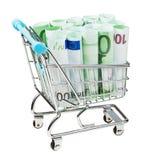 Chariot à supermarché avec d'euro billets de banque d'isolement Photo stock