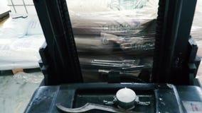 Chariot élévateur électrique dans des boîtes en carton de charge d'entrepôt clip Chargeuse clips vidéos