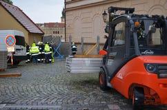 Chariot élévateur au centre de Prague images stock