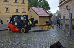 Chariot élévateur au centre de Prague photographie stock libre de droits