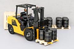 Chariot élévateur avec des tonneaux à huile dans l'entrepôt, rendu 3D Photos stock