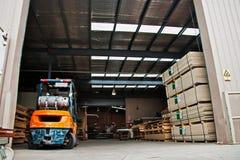 Chariot élévateur dans un entrepôt Photo stock