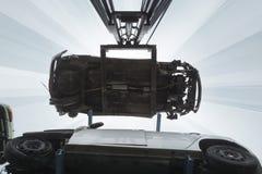 Chariot élévateur levant des épaves de voiture Images stock