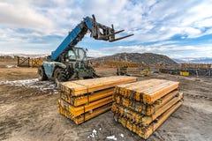 Chariot élévateur sur un chantier de construction, préparant pour soulever des pièces de construction images libres de droits