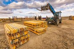 Chariot élévateur sur un chantier de construction, préparant pour soulever des pièces de construction photographie stock libre de droits