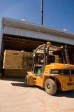 Chariot élévateur traitant le bois de construction 2 Photos libres de droits