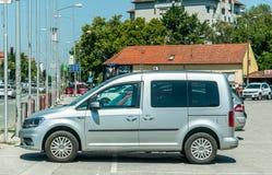 Chariot argenté Maxi 2 de VW Volkswagen 0 voitures de TDI garées sur la rue photos stock
