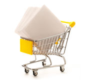 Chariot au marché avec des feuilles de papier Images libres de droits
