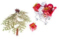 Chariot avec des cadeaux de Noël sur le fond blanc Photo libre de droits