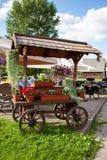 Chariot avec des fleurs Image libre de droits
