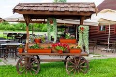 Chariot avec des fleurs Image stock