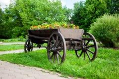 Chariot avec des fleurs Photographie stock