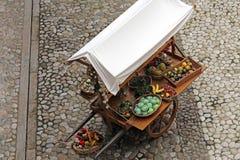 Chariot avec des fruits et légumes Photos libres de droits