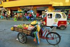 Chariot avec des fruits frais à vendre dans Huaraz, Pérou image stock