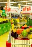 Chariot avec des fruits frais et des légumes au centre commercial Images libres de droits