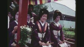 Chariot avec des geishas banque de vidéos