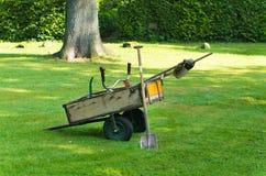 Chariot avec des outils de jardin Photographie stock libre de droits
