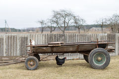 Chariot avec des poulets dans la cour de village image stock