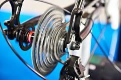 Chariot avec la roue arrière à chaînes de la bicyclette sur le mouvement Photo stock