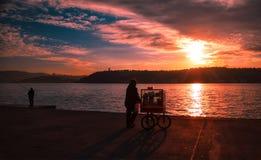 Chariot avec les bagels turcs de simits à Istanbul photo libre de droits