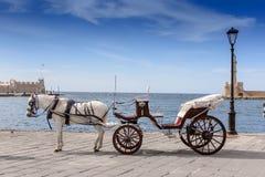 Chariot avec un cheval dans le port sur le fond de la mer Photos stock