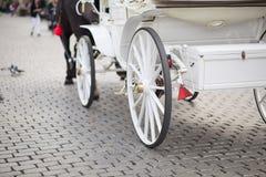 Chariot blanc de mariage Images stock