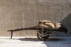 Chariot chargé avec des sacs de café Photos stock