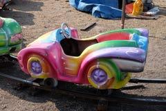 Chariot coloré au parc d'attractions Photographie stock libre de droits