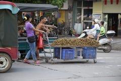 Chariot complètement de longan de fruit Photographie stock libre de droits