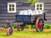 Chariot complètement des boîtes de lait dans une basse cour en Hollande Image stock