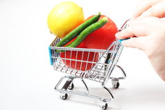 Chariot complètement des fruits et légumes Photo stock