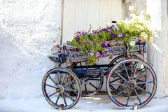 Chariot décoratif avec du charme avec des fleurs au photos libres de droits