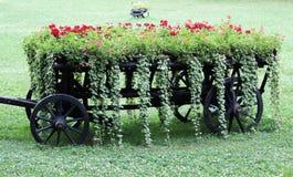 Chariot décoratif rempli de fleurs Photographie stock libre de droits