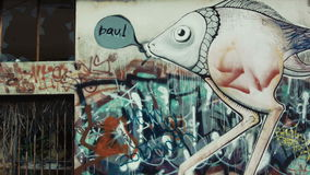 Chariot d'art de graffiti sur un bâtiment abandonné banque de vidéos