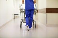 Chariot d'hôpital de transport à hôpital d'infirmière à la chambre de secours images libres de droits