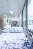 Chariot d'hôpital vide à lit dans le couloir d'hôpital Images stock