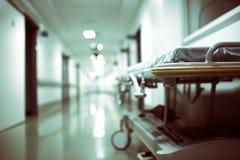 Chariot d'hôpital vide dans un long couloir Images libres de droits